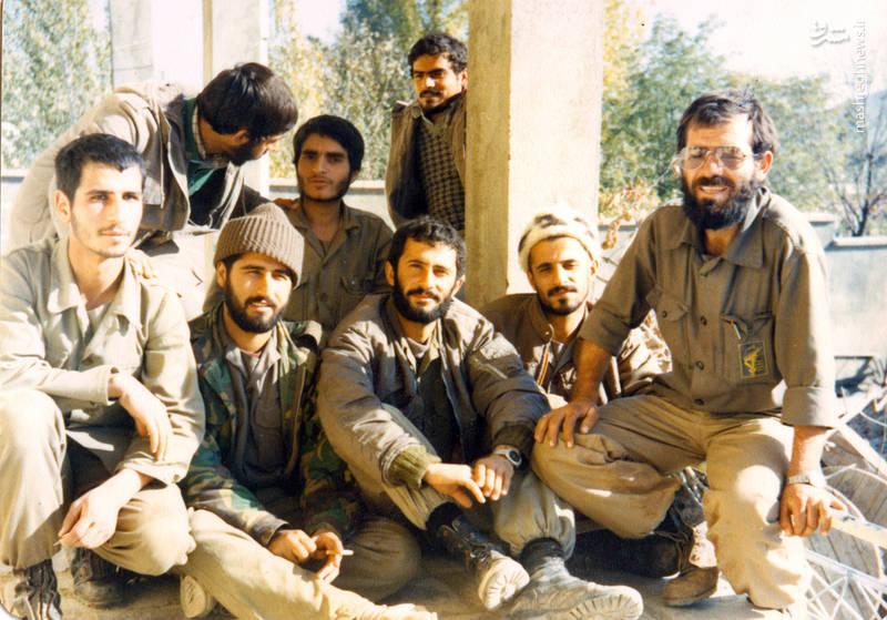 شهید رضا چراغیـنفر اول از راست)، شهید علی رضا ناهیدی(ردیف اول، نفر وسط)