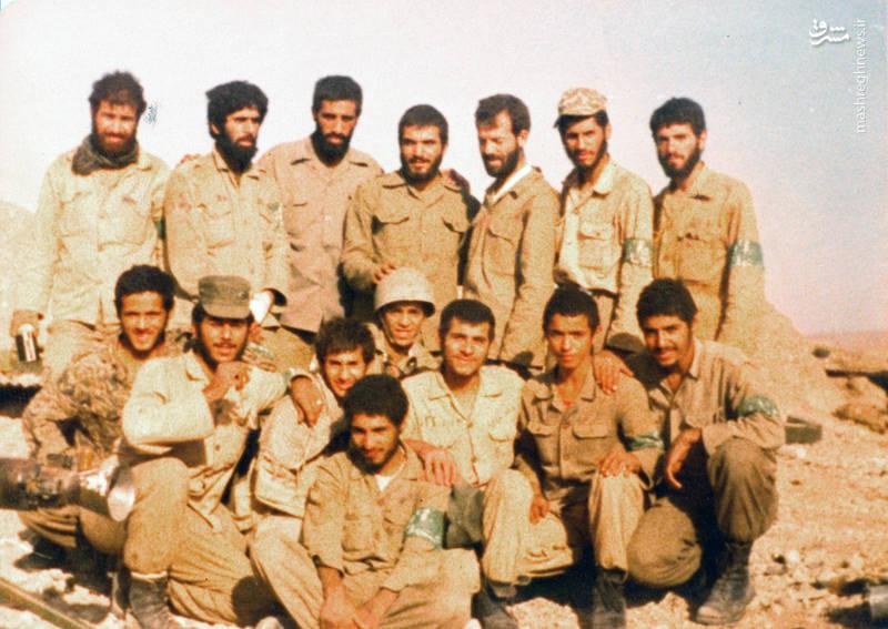 شهید رضا چراغی(ایستاده، نفر سوم از راست)، شهید بهمن نجفی(ایستاده، نفر سوم از چپ)