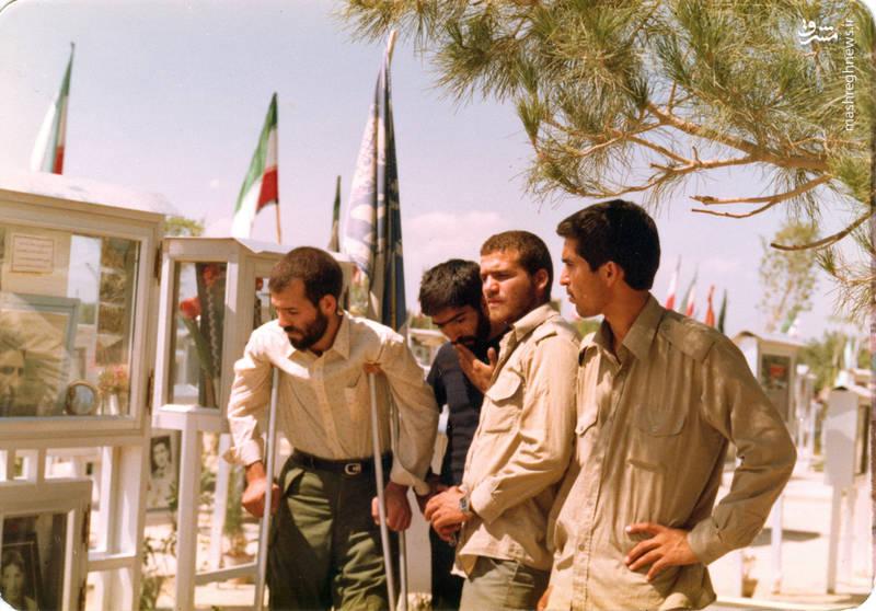 تقی رستگارمقدم(نفر دوم از راست) و شهید رضا چراغی(با عصای زیر بغل)