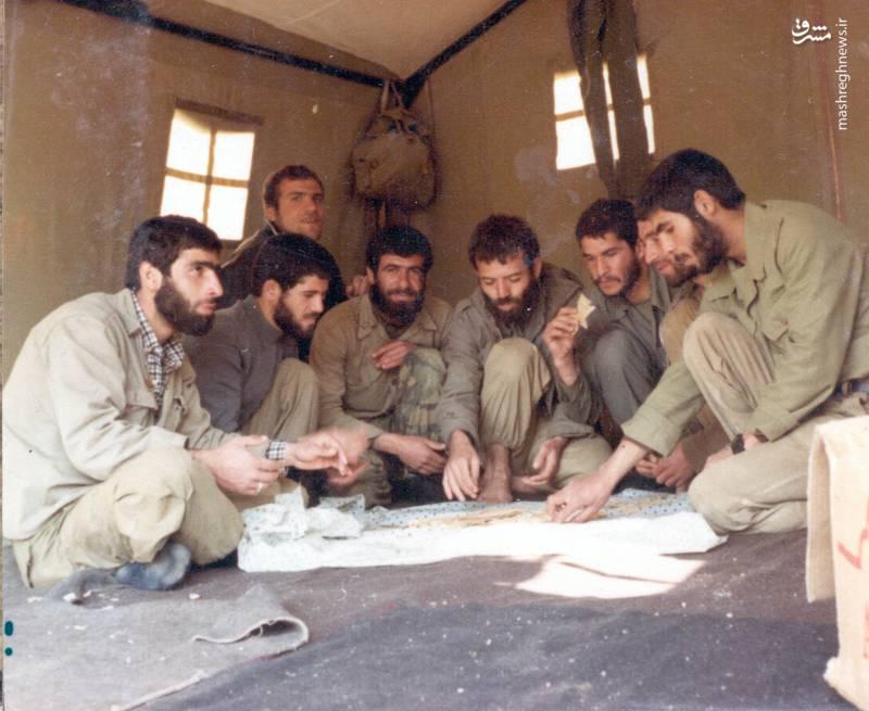 شهید رضا چراغی(نفر چهارم از راست)، تقی رستگارمقدم(نفر نیم خیز)