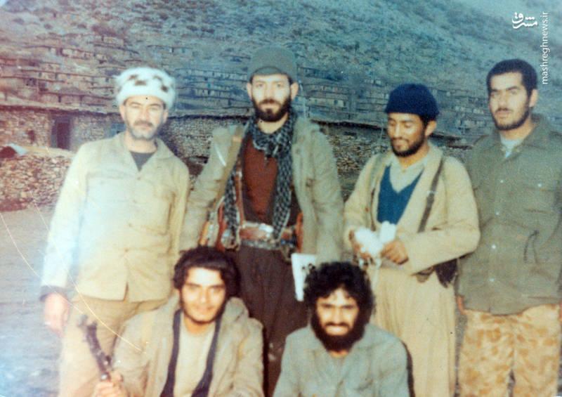 شهید حسین قجه ای(ایستاده، نفر دوم از راست)، شهید رضا چراغی(ایستاده، نفر دوم از چپ)، شهید علیرضا ناهیدی(نشسته، نفر سمت چپ)