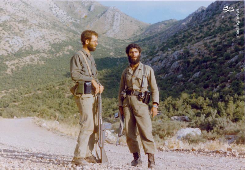 شهید رضا چراغی(نفر سمت چپ) و شهید احمد چراغی
