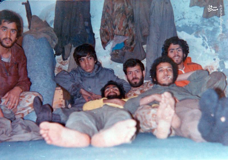 شهید سید محمدرضا دستواره(با لباس نارنجی)، شهید رضا چراغی (با لباس پلنگی)، شهید حسن زمانی(با لباس قهوه ای)