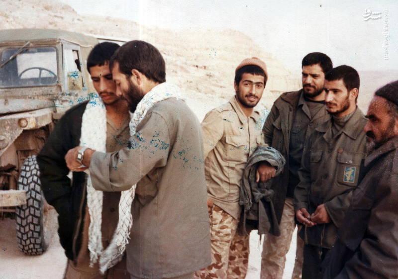 شهید رضا چراغی و علی میرکیانی(هر دو با چفیه)
