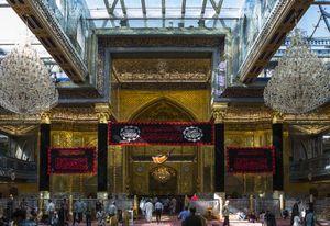 عکس/ پرچم عزای امام موسی کاظم(ع) در حرم حضرت ابوالفضل(ع)