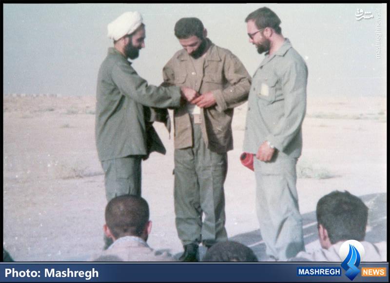 شهید حاج حسین بصیر لباس خاکی بسیجی را از تن درمی آورد