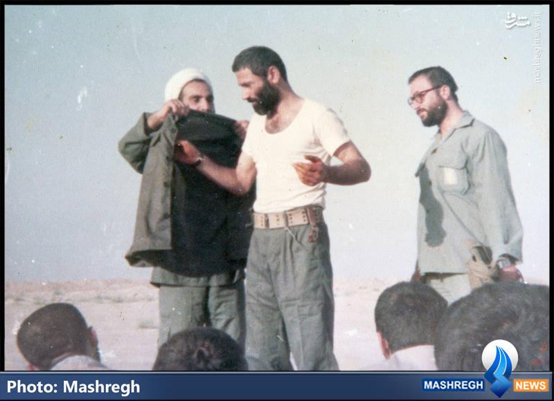 شهید حاج حسین بصیر لباس سبز سپاه را بر تن می کند