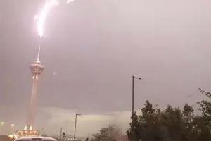 فیلم/ برخورد صاعقه با برج میلاد