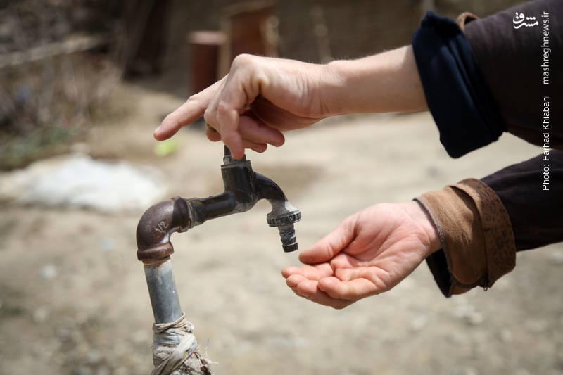 این روستا فاقد آب شرب می باشد به همین دلیل ساکنان آن با مصرف آبهای آلوده به انواع بیماریها دچار هستند