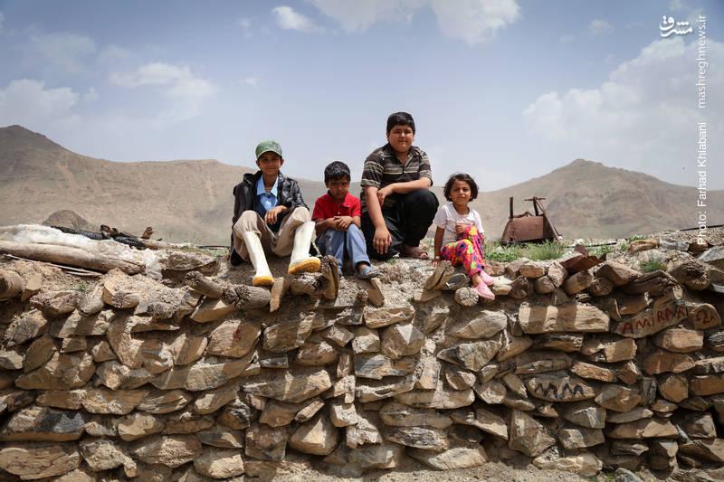 بچه های قد و نیم قدی که برای تحصیل فقط تا مقطع ابتدایی در روستای خود می توانند ادامه تحصیل دهند
