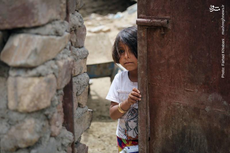 دختر خردسال یکی از اهالی روستا