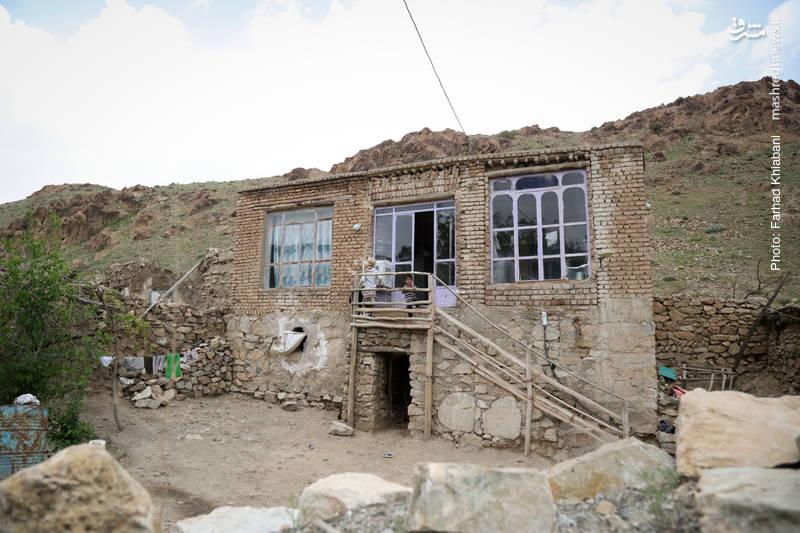 جوانان روستا به دلیل نبود کار منزل های خود را ترک و سمت کلان شهرها رفته اند تا اندک هزینه ای برای آینده خود جمع کنند