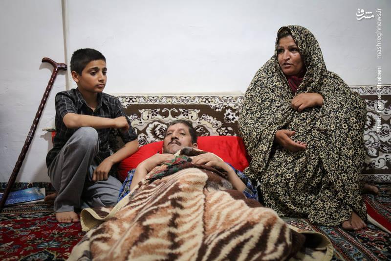 پدر این خانواده دچار غده سرطانی شده سمت راست بدن او از کار افتاده است مادر خانه همراه با دو کودک خود امید را در چشمان پدر زنده نگه داشته اند