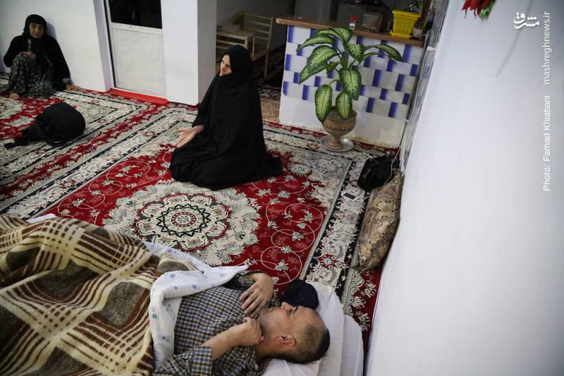 مرد خانه به دلیل غده سرطانی توان صحبت کردن و راه رفتن ندارد اما همسر او از امید و آینده صحبت می کند او می گوید خدا کریم است توکلت علی الله
