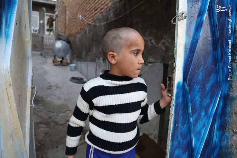 فرزندی معلول که یتیم شده است و کنار پدربزرگ خود زندگی میکند