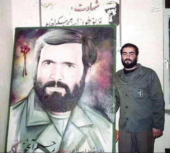 شهید کاوه نبیری در کنار عکس شهید رحیم آنجفی