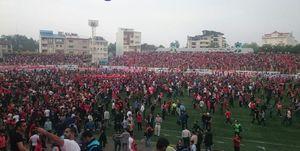 عکس/  هواداران سپیدرود زمین چمن را قرمز کردند