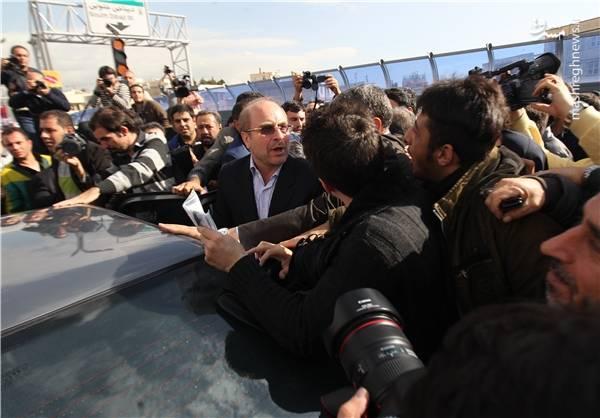 همچنین عکس زیر نشان می دهد در پایان مراسم افتتاح پل صدر، محمدباقر قالیباف سوار خودروی دیگری به غیر از خودروی ادعایی کانال های تلگرامی شده است.