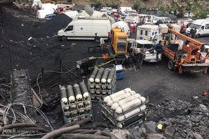خروج دود غلیظی از دهنه تونل معدن آزادشهر