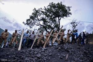 عکس/ امداد رسانی نیروهای ارتش برای یافتن معدنچیان