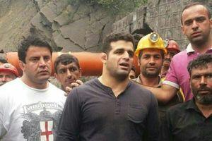 عکس/ حضور قهرمان کشتی در محل حادثه معدن آزادشهر