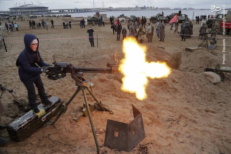 شلیک تیربار دوشکا کالیبر 12.7 میلیمتر در نمایشگاه صنایع هوایی سن پترزبورگ