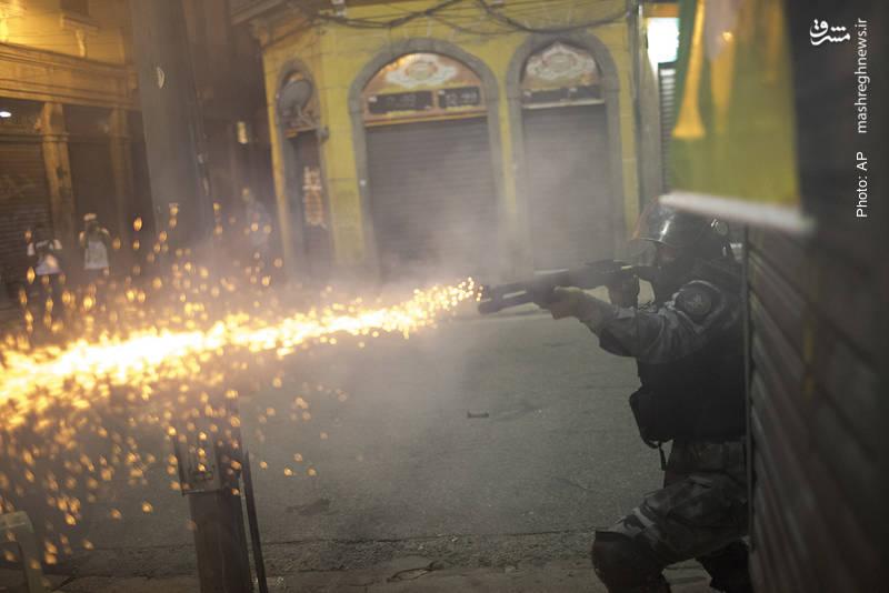 شلیک گاز اشکآور از سوی پلیس ریودوژانیرو در جریان تظاهرات مردم علیه طرح اصلاحات قانون کار و بازنشستگی