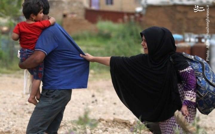 شهروندان عراقی در حال خروج از شهر الهِرمات در شرق موصل