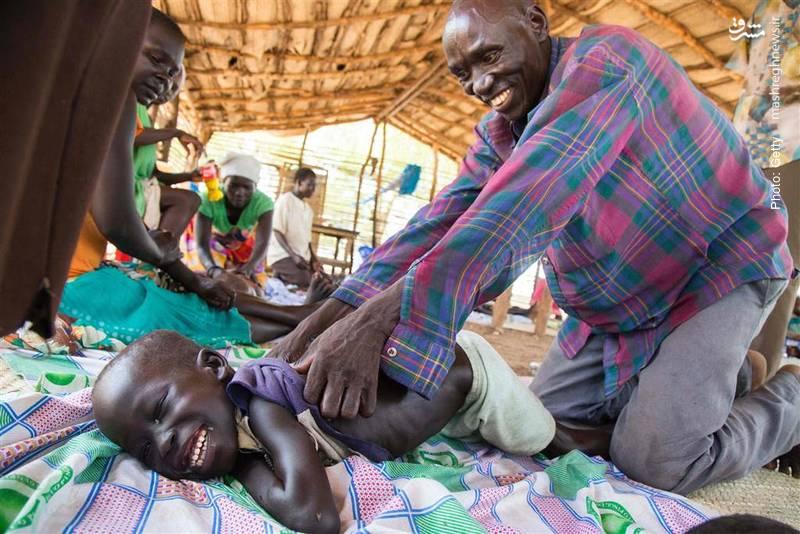 ماساژ کودک آواره در اردوگاهی واقع در جنوب سودان