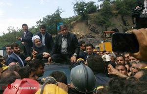 عکس/ دیدار روحانی با معدنکاران از سقف ماشین