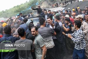 عکس/ برخورد گازانبری محافظ روحانی با معدنچیان
