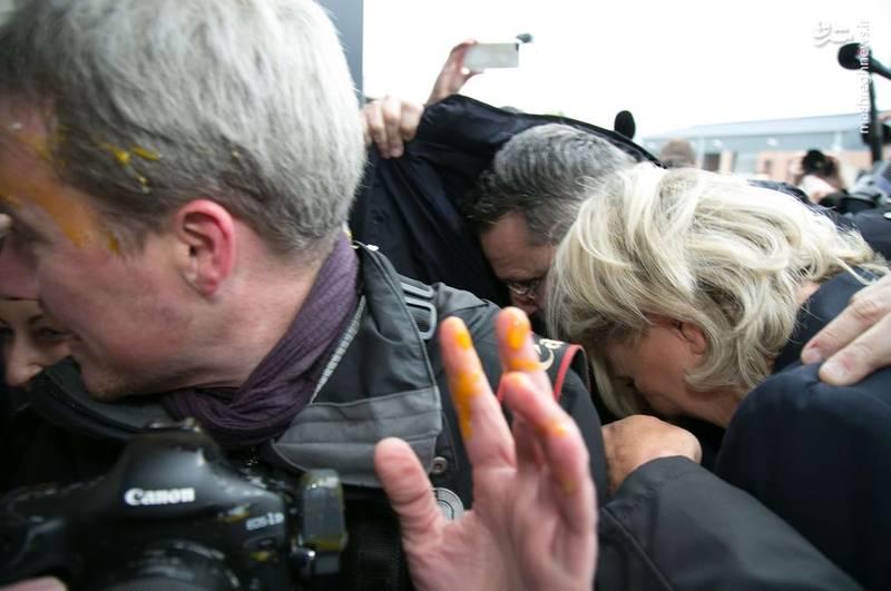 حمله معترضین به مارین لوپن، کاندیدای انتخابات ریاست جمهوری فرانسه