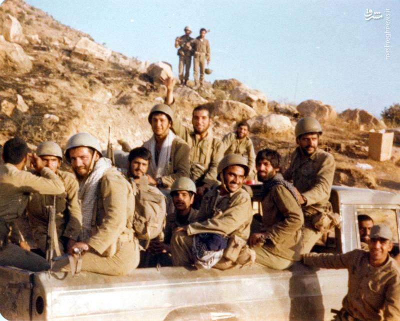 شهید «حسین اسکندرلو» در جمع همرزمان