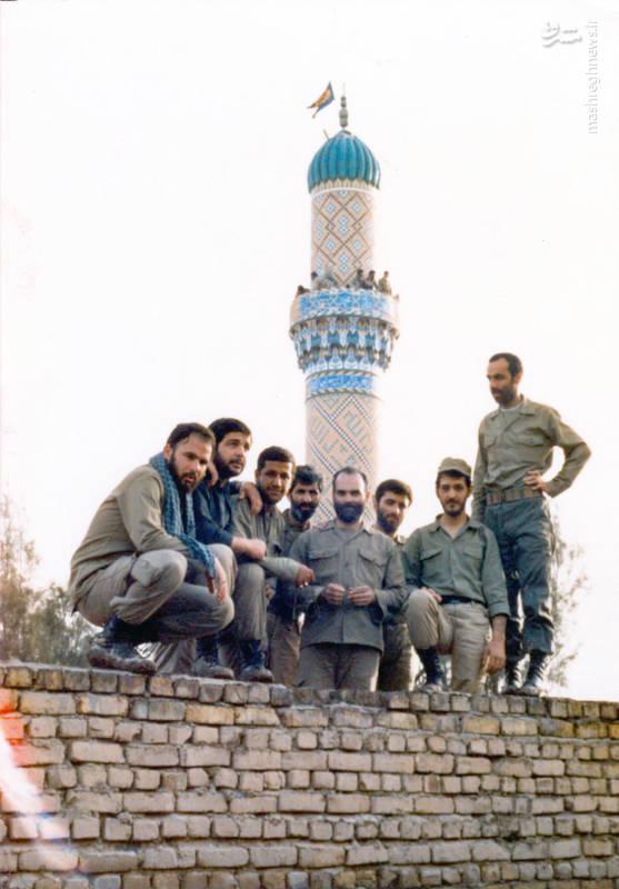 شهید «حاج حسین اسکندرلو» فرمانده گردان حضرت علی اصغر(علیه السلام) نفر سوم از چپ - منطقه ی عملیاتی «فاو»