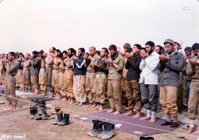 شهید «حاج حسین اسکندرلو» فرمانده گردان حضرت علی اصغر(علیه السلام) با جوراب راه راه