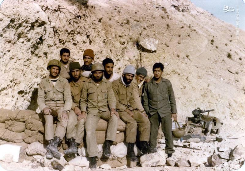 شهید «حسین اسکندرلو» (نفر کلاهخود به دست)