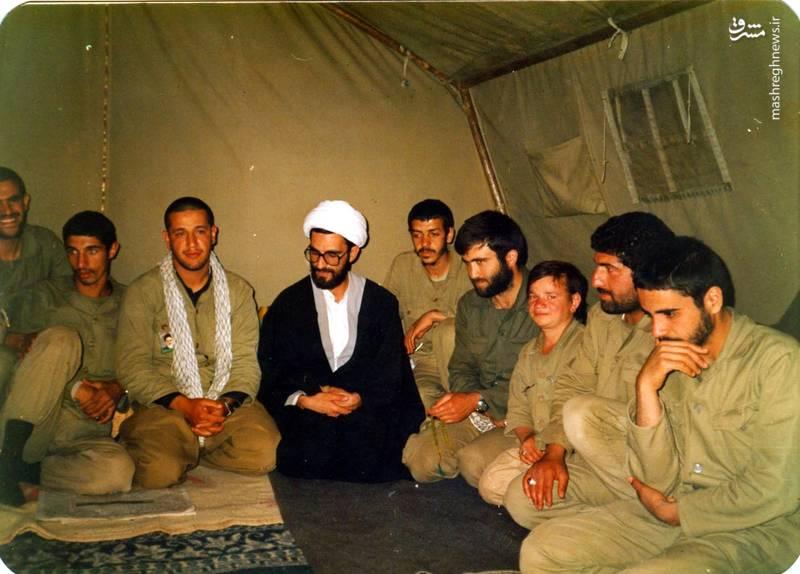 شهید «حاج حسین اسکندرلو» (چفیه بر گردن)