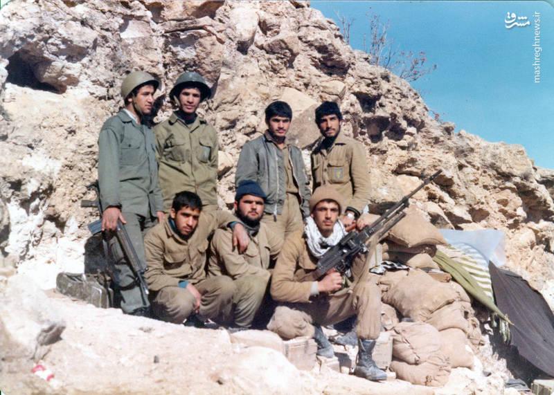 شهید «حسین اسکندرلو» (ایستاده، نفر اول از چپ)