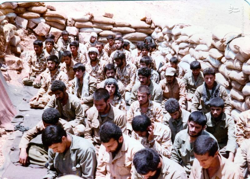 شهید «حسین اسکندرلو» (ردیف اول، نفر اول از چپ)