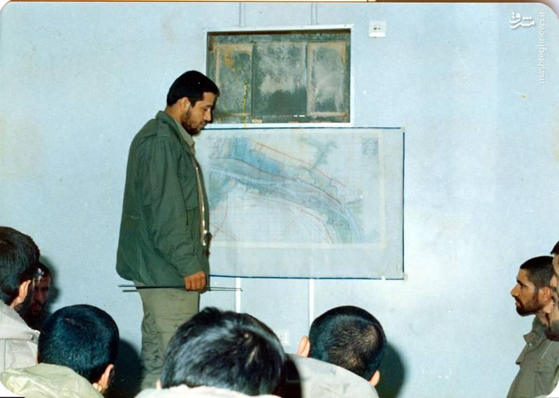 شهید «حاج حسین اسکندرلو» فرمانده گردان حضرت علی اصغر(علیه السلام) در حال تشریح کالک عملیات «عاشورا-۳»