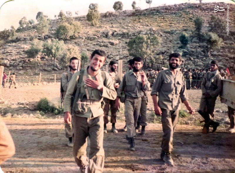 شهید «حاج حسین اسکندرلو» (دست بر سینه) شهیدان «عباس کریمی و محمدرضا کارور در تصویر دیده می شوند