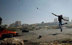 پرتاب سنگ به سمت سربازان اسرائیلی در حمایت از اعتصاب غذای فلسطینیان زندانی