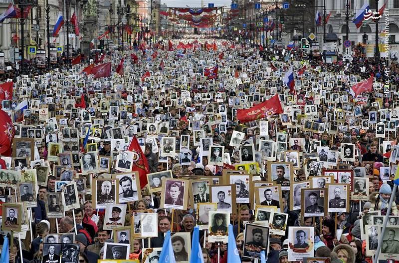 رژه «هنگ جاویدان» در سنپطرزبورگ از سوی مردم این شهر در هفتادودومین سالگرد شکست ارتش نازی به همراه تصاویری از پدران و پدربزرگان، مادران و مادربزرگهایی که مقاومت کردند