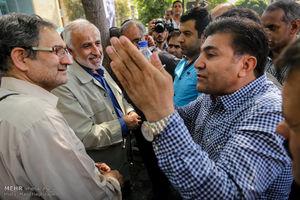 عکس/ گفتگوی چهره به چهره انتخاباتی در بازار تهران