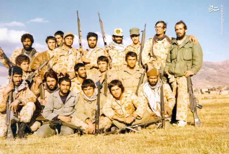 احمد بابایی(ایستاده، نفر اول از راست)، شهید سید ولی جناب(ایستاده، نفر اول از چپ)