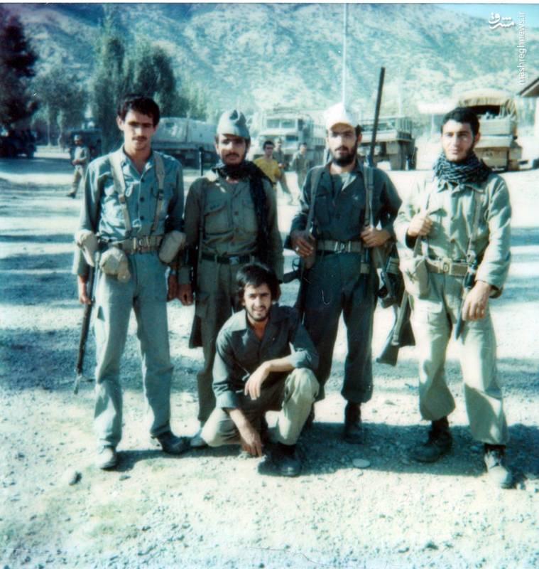 احمد بابایی(ایستاده، نفر دوم از راست)، شهید سید محمدرضا دستواره(ایستاده، نفر اول از چپ)، شهید حسن زمانی(نشسته)