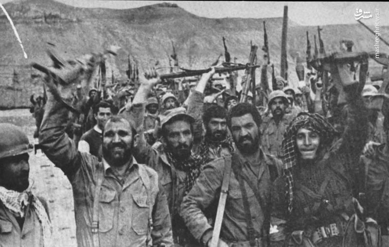 شهید احمد بابایی(نفر سوم از چپ، با چفیه  سیاه و کلاه لبه دار)، شهید احمد غلامی(نفر دوم از راست)