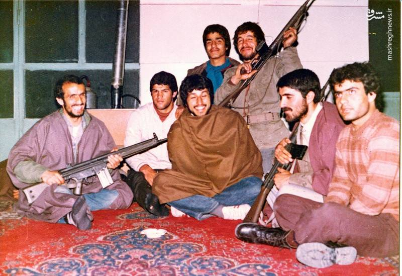 احمد بابایی(نفر ول از چپ) نخستین روزهای پیروزی انقلاب اسلامی در کمیته های انقلاب