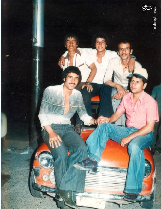 احمد بابایی (نشسته روی سقف خودرو، نفر اول از راست)