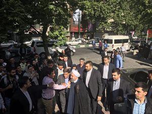 حسن روحانی هنگام ورود به حسینیه ارشاد برای شرکت در انتخابات